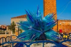 Venecia, Italia, el 14 de febrero de 2017 Ciudad de Venecia de Italia Escultura azul hecha del vidrio del murano en la isla de Mu Imagenes de archivo