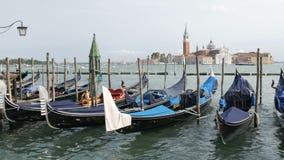 VENECIA, ITALIA, EL 7 DE SEPTIEMBRE DE 2017: Góndola veneciana cubierta en paño azul mientras que atraca en el canal en Venecia I almacen de video