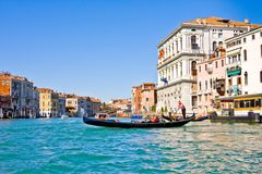 VENECIA, ITALIA - MARZO 28,2015: Gondols en Campanile di San Marco en Italia el 28 de marzo de 2015 en Venecia, Italia Imagen de archivo libre de regalías
