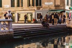 VENECIA, ITALIA - OKTOBER 27, 2016: Pequeño canal hermoso reservado en Venecia, Italia fotografía de archivo