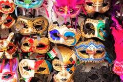 Venecia, Italia - septiembre de 2017: Fondo veneciano hermoso de las m?scaras con la inscripci?n hecha en Italia Tienda de la cal fotografía de archivo libre de regalías