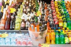 VENECIA, ITALIA - SEPTIEMBRE DE 2017: Muchas bebidas frescas cola, cerveza, jugos, limonade en la calle Barra al aire libre del v Fotografía de archivo