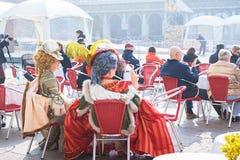 VENECIA, ITALIA - 02 23 2019: Traje colorido hermoso del carnaval en un festival tradicional en Venecia, Italia durante la Veneci fotografía de archivo libre de regalías