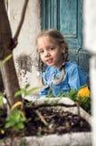 Venecia, Italia Una pequeña muchacha dañosa en un vestido azul juega en un patio veneciano viejo imágenes de archivo libres de regalías