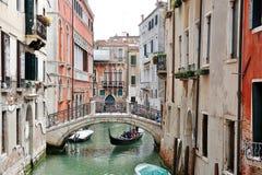 Venecia, Italia - vista pintoresca de un canal, de edificios, de la góndola y del puente Fotografía de archivo libre de regalías