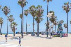 VENECIA, LOS ANGELES, ESTADOS UNIDOS - 21 DE MAYO DE 2015: Oc?ano Front Walk en Venice Beach, California Venice Beach es uno de fotografía de archivo