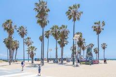 VENECIA, LOS ANGELES, ESTADOS UNIDOS - 21 DE MAYO DE 2015: Oc?ano Front Walk en Venice Beach, California Venice Beach es uno de imagen de archivo libre de regalías