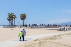 VENECIA, LOS ANGELES, ESTADOS UNIDOS - 21 DE MAYO DE 2015: Oc?ano Front Walk en Venice Beach, California Venice Beach es uno de imagen de archivo