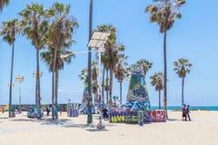 VENECIA, LOS ANGELES, ESTADOS UNIDOS - 21 DE MAYO DE 2015: Oc?ano Front Walk en Venice Beach, California Venice Beach es uno de foto de archivo libre de regalías