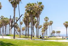 VENECIA, LOS ANGELES, ESTADOS UNIDOS - 21 DE MAYO DE 2015: Oc?ano Front Walk en Venice Beach, California Venice Beach es uno de fotos de archivo