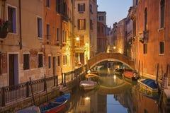 Venecia - mire al canal de Frari del dei de Río en oscuridad de la mañana Fotos de archivo