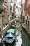 Venecia. Opinión sobre un pequeño canal. imagen de archivo libre de regalías