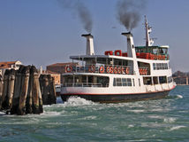 Venecia, salida del omnibus del agua Imagenes de archivo