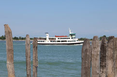 Venecia, VE - Italia 14 de julio de 2015: el autobús del agua llamó Vaporetto Fotos de archivo libres de regalías