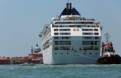 Venecia, VE - Italia 14 de julio de 2015: remolcador potente usado a d Imagen de archivo libre de regalías