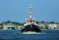 Venecia, VE - Italia 14 de julio de 2015: remolcador potente usado a d Imágenes de archivo libres de regalías
