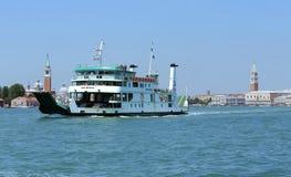 Venecia, VE - Italia 14 de julio de 2015: Transbordador para transportar los coches y Foto de archivo