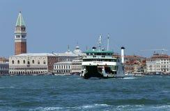 Venecia, VE - Italia 14 de julio de 2015: Transbordador para transportar los coches y Imagenes de archivo