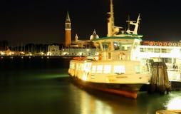 Venecia, VE - Italia julio de 2015 1oth: Vaporetto en la noche en el w Imagenes de archivo