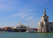 Venecia, yate amarrado en Punta Dogana Imagen de archivo
