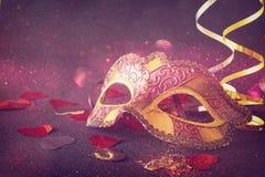 veneciano elegante, máscara del carnaval en fondo del brillo imagen de archivo libre de regalías