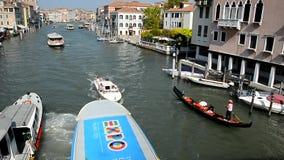 Venedig Aktiv trafik på Grand Canal arkivfilmer