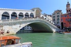Venedig - April 10, 2017: Sikten på den Rialto bron på tusen dollar Royaltyfri Bild