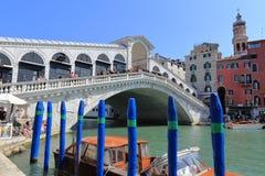 Venedig - April 10, 2017: Sikten på den Rialto bron på tusen dollar Arkivbild