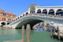 Venedig - April 10, 2017: Sikten på den Rialto bron på tusen dollar Arkivfoto
