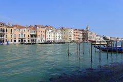 Venedig - April 10, 2017: Sikten på den stora Grand Canal kanalen, Royaltyfria Foton