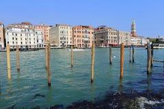 Venedig - April 10, 2017: Sikten på den stora Grand Canal kanalen, Arkivfoton