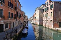 VENEDIG - APRIL 10, 2017: Sikten på kanalen i Venedig, på April 1 Arkivbilder