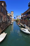 VENEDIG - APRIL 10, 2017: Sikten på kanalen i Venedig, på April 1 Arkivbild
