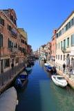 VENEDIG - APRIL 10, 2017: Sikten på kanalen i Venedig, på April 1 Arkivfoton