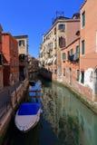 VENEDIG - APRIL 10, 2017: Sikten på kanalen i Venedig, på April 1 Royaltyfria Bilder