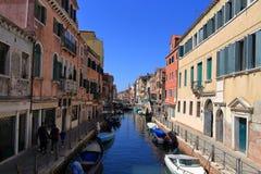 VENEDIG - APRIL 10, 2017: Sikten på kanalen i Venedig, på April 1 Royaltyfri Bild