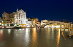 Venedig-Bahnstation nachts Stockbild