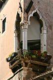 Venedig balkong på hörnet med marmorerar moriska bågar royaltyfria bilder