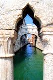 Venedig beskådar från viskningbron royaltyfria foton