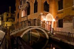 Venetianischer Kanal nachts Lizenzfreie Stockfotos