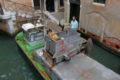 Venedig Boot mit dem hydraulischem Arm und Behälter für Speicherbereinigung Lizenzfreie Stockbilder
