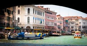 Venedig. Boote auf großartigem Kanal lizenzfreies stockfoto