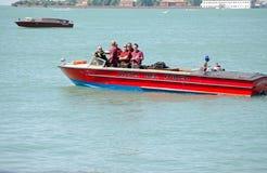 Venedig brandmän på fartyget Arkivfoto