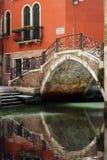 Venedig bro över kanalen royaltyfri bild