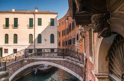 Venedig bro över kanalen och traditionell arkitektur Arkivbilder