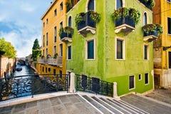 Venedig bro över kanalen och traditionell arkitektur Royaltyfria Bilder