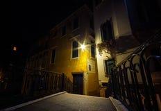 Venedig bro över kanalen på natten och traditionell arkitektur Royaltyfria Bilder