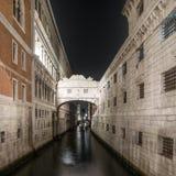 Venedig, bro av Sighs eller Ponte deiSospiri gränsmärke i natten. Italien Royaltyfri Foto