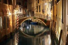 Venedig bro och kanal på natten arkivbild