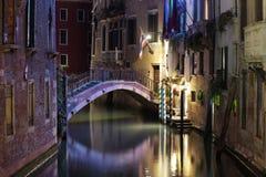 Venedig bro och kanal på natten royaltyfria bilder